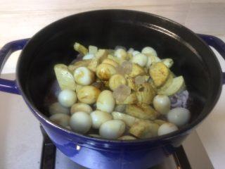 红焖笔管,将塞馅笔管、素鸡、鹌鹑蛋一并入锅,倒入生抽、老抽极少许、冰糖、盐、葱姜蒜、料酒多些,无需加水,拌匀。先大火烧开,再极小火盖盖焖,大约一个小时时间。开大火收汁。