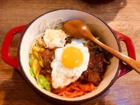 """让人垂涎欲滴的""""石锅拌饭——颜值、美味与营养并存"""