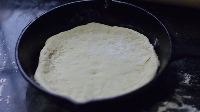 铸铁锅基础披萨,铺在铸铁锅底。