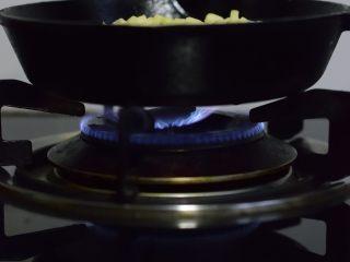 铸铁锅基础披萨,在燃气灶上,开中火加热。