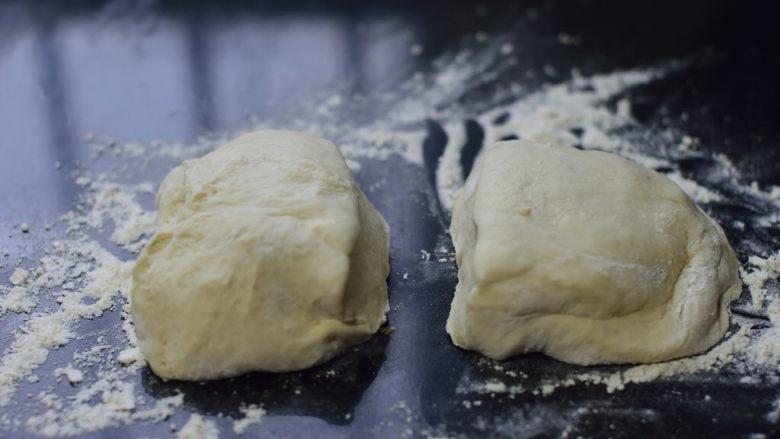 铸铁锅基础披萨,倒出面团,略揉排气后一分为二。