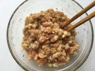 红油抄手,肉末中放入1g盐、5g葱花、5g姜末、2g生抽、3g玉米油、2g玉米淀粉、少许鸡精和少许白胡椒粉,顺一个方向搅拌均匀备用