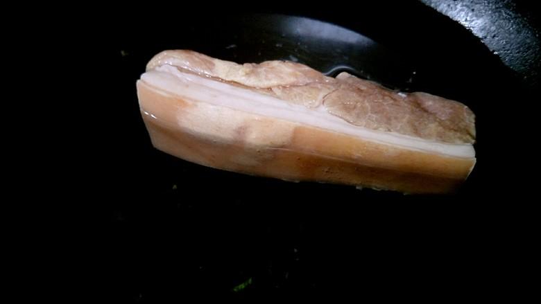 回锅肉,锅中填水,把五花肉放在里面。