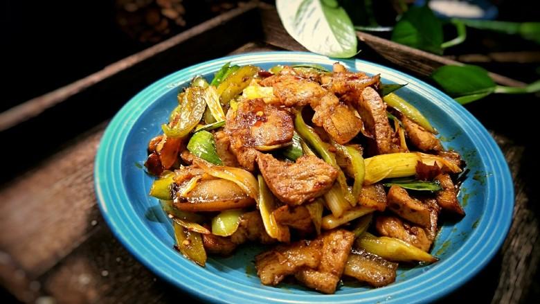 回锅肉,翻炒均匀后即可出锅。