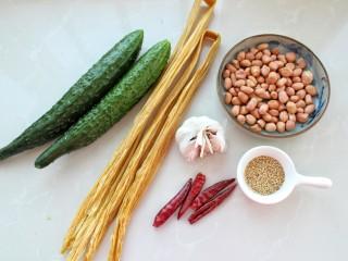 黄瓜腐竹拌花生米,准备好所需食材