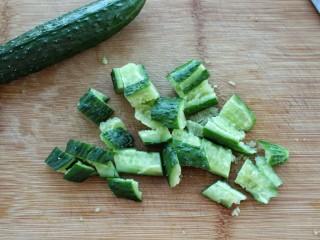 黄瓜腐竹拌花生米,黄瓜洗净用刀拍碎切段
