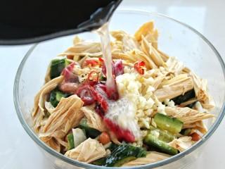 黄瓜腐竹拌花生米,把锅中炸花生米的油再次烧热,浇倒在红干椒和蒜末上榨出香味
