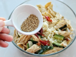 黄瓜腐竹拌花生米,放入熟芝麻