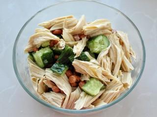 黄瓜腐竹拌花生米,将黄瓜、腐竹和花生米放入容器中