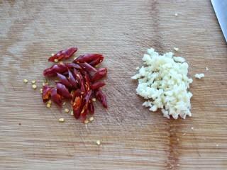 黄瓜腐竹拌花生米,红干椒切小段、大蒜剁成蒜末备用
