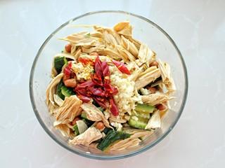 黄瓜腐竹拌花生米,将红干椒和蒜末放在最上面