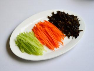 鱼香肉丝,胡萝卜、木耳、莴笋切丝