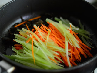 鱼香肉丝,锅里重新放油,烧热后放莴笋、胡萝卜、木耳丝