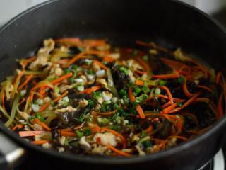 鱼香肉丝,收汁浓稠即可关火,撒入葱花即可