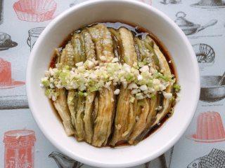 简单粗暴的凉拌手撕茄子,放上蒜末和葱花