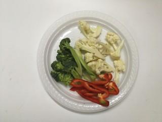 里脊肉烤菜花,洗干净以后,切小朵,红椒也切小条