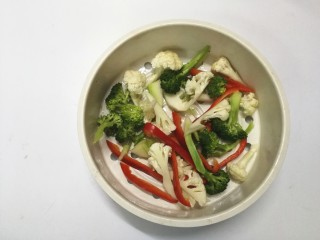 里脊肉烤菜花,撒少许盐拌均匀