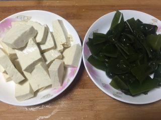 鲫鱼炖豆腐,豆腐洗净切块备用,海带结洗净。