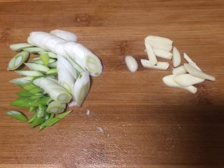 鲫鱼炖豆腐,葱姜蒜切好备用