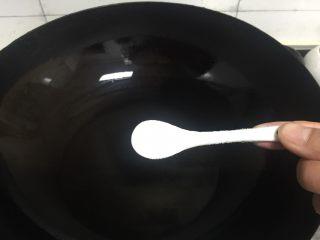 鲫鱼炖豆腐,锅里加油,并加入适量盐,让鱼在煎时不溅油。