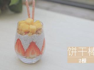 酸奶的2+1种有爱吃法「厨娘物语」,在顶部都放入10g燕麦,草莓酸奶顶部切入20g芒果块,装饰2根饼干棒和薄荷,蓝莓酸奶顶部放入10颗蓝莓,装饰2根饼干棒和薄荷。