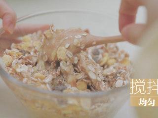 酸奶的2+1种有爱吃法「厨娘物语」,[酸奶燕麦塔] 2根香蕉去皮切片放入碗中,碾压成泥。倒入180g燕麦,20ml蜂蜜搅拌均匀。(用比较熟的香蕉更好吃哦~)