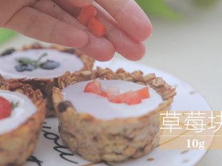 酸奶的2+1种有爱吃法「厨娘物语」,一杯倒入草莓酸奶,表面装饰草莓。一杯倒入蓝莓酸奶,装饰蓝莓和薄荷。最后一杯同时倒入两种酸奶做成双拼,表面装饰草莓块。
