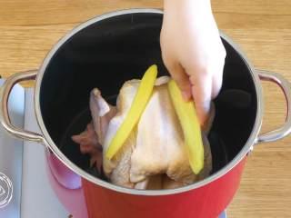 12m+葱油鸡(宝宝辅食),整鸡放到锅里,加姜片、葱段、加水没过鸡肉,大火煮开~