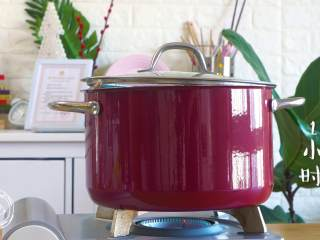 12m+葱油鸡(宝宝辅食),小火煮1小时(煮至鸡肉软烂,筷子能插动即可)~