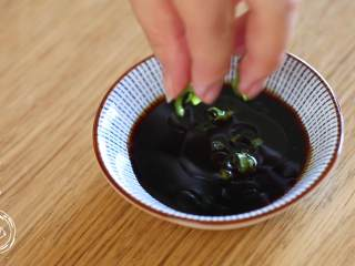 12m+葱油鸡(宝宝辅食),葱油酱汁非常简单:放适量酱油、柠檬汁、一勺香油、葱花即可~