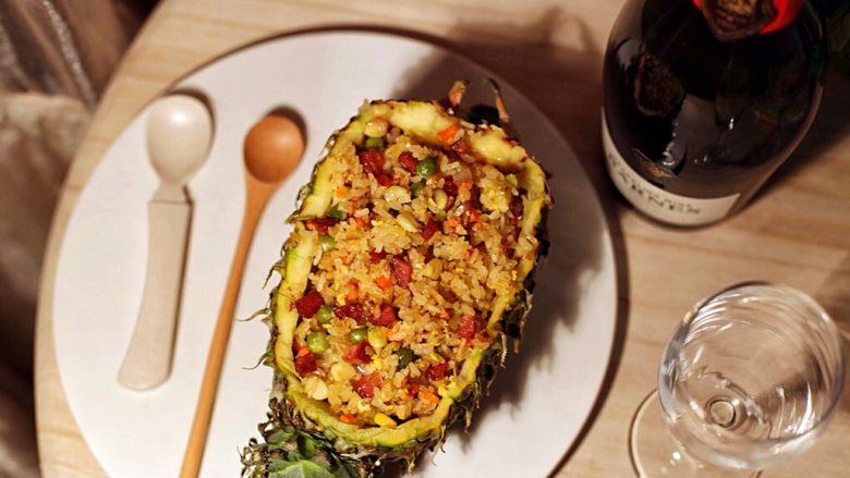 五彩斑斓菠萝饭,清淡的夜晚 香喷的菠萝饭 未开启的香槟 等待~会是多久