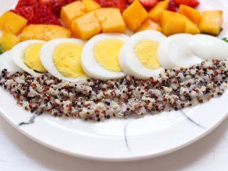 藜麦水果沙拉,铺上鸡蛋,旁边铺上藜麦,最后放上火龙果丁