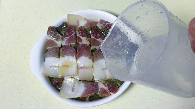 咸肉蒸黄斑泥鳅,再倒入一点清水