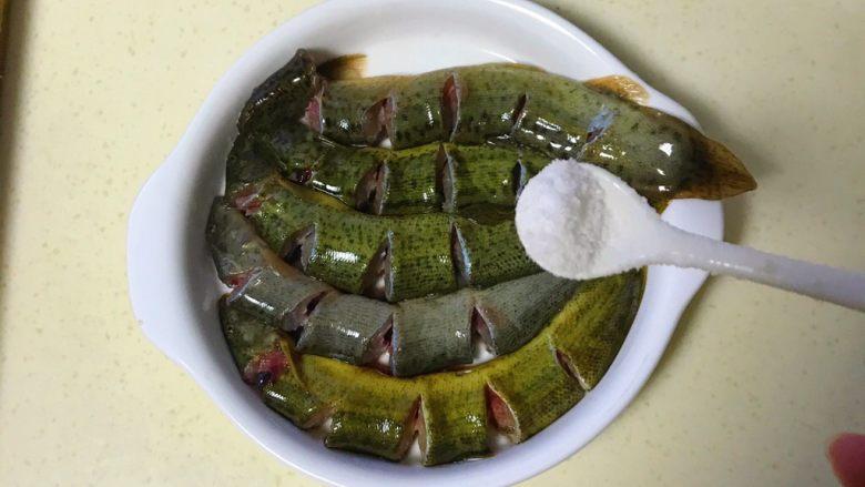 咸肉蒸黄斑泥鳅,把盐均匀撒在泥鳅上