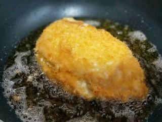 一学就会美味的爆浆鸡排,炸至两面金黄,即可出锅。