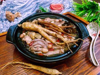 补气益血滋补浓汤人参五珍凤肚汤,加少许调味盐在自己喜欢的器皿里,盛上鲜浓美味的鸡汤再撒上数颗枸杞给家人享用吧!