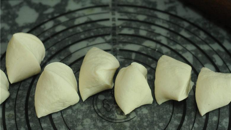 韭菜盒子,揉好的面团擀成长条后切成小剂子