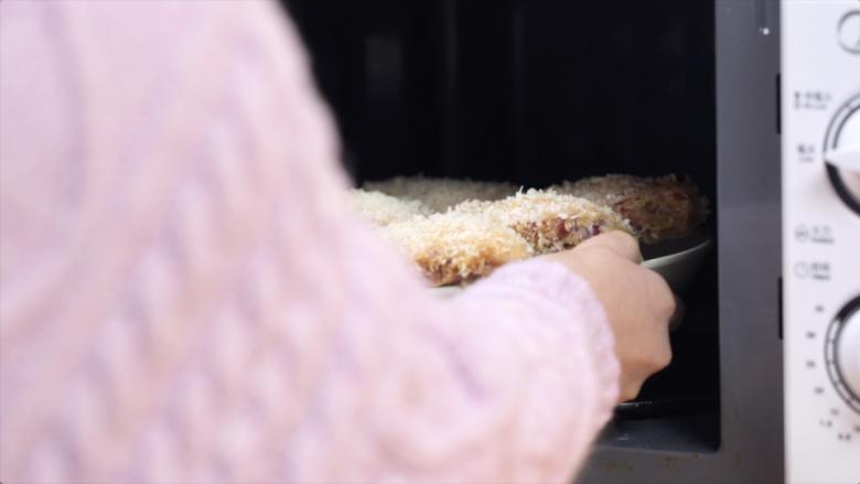 微波炉烤鸡翅,放入微波炉