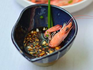 盐水虾,煮好的虾剥去壳,蘸着酱汁吃即可