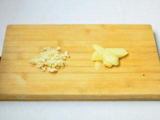 盐水虾,姜切片,蒜切碎