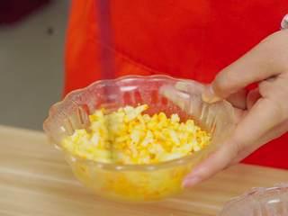 彩虹吐司制作图文详细教程, 自己动手做爆款高颜值网红小吃,记得每次搅拌完一种颜色后换一只筷子哟,不然容易混色