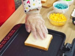 彩虹吐司制作图文详细教程, 自己动手做爆款高颜值网红小吃,抹上黄油的一面放到锅底