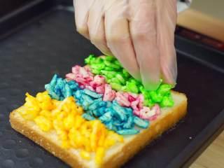 彩虹吐司制作图文详细教程, 自己动手做爆款高颜值网红小吃,另一面则加入我们调好色的芝士就行了,加入芝士的时候记得一种颜色一条这样加(千万不要混着加哟),混色出来的就不是彩虹了,那就是迷彩啦,哈哈