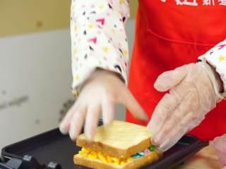彩虹吐司制作图文详细教程, 自己动手做爆款高颜值网红小吃,最后再取另一块吐司,不摸黄油的一面盖上加了芝士的那一块就行了。