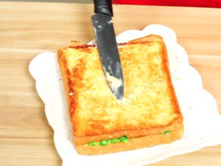 彩虹吐司制作图文详细教程, 自己动手做爆款高颜值网红小吃,最后为了追求颜值更美,我们给煎好的吐司上趁热再抹一点黄油