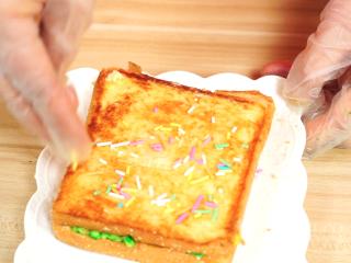 彩虹吐司制作图文详细教程, 自己动手做爆款高颜值网红小吃,撒上彩虹彩针糖就完更完美了~