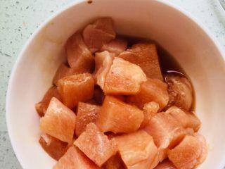 彩椒炒鸡丁,将鸡脯肉洗净切成小丁加入料酒、小苏打、酱油腌制十分钟。