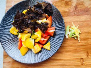 彩椒炒鸡丁,木耳过水撕成小朵,彩椒切块;葱姜切末备用。
