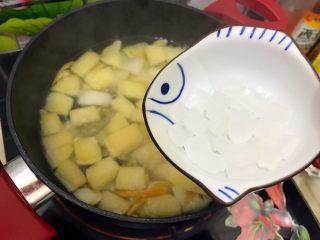 百变水果~鲜百合果皮苹果蜜梨甜汤,20分钟之后打开锅盖,加入冰糖
