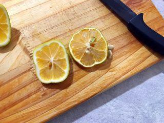 百变水果~鲜百合果皮苹果蜜梨甜汤,切两片柠檬